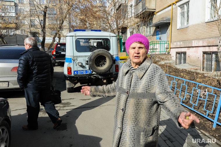 Противостояние жителей дома на Каслинской 17, защищающих детскую площадку, и застройщика. Челябинск, старуха, полиция, жительница дома