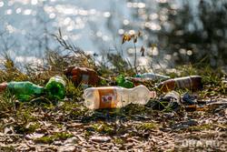 Разное. Курган, пластиковые бутылки, берег реки, мусор