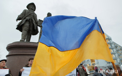 Пикет за мир у памятника Татищеву и Де Генину. Екатеринбург, пикет, митинг, флаг украины