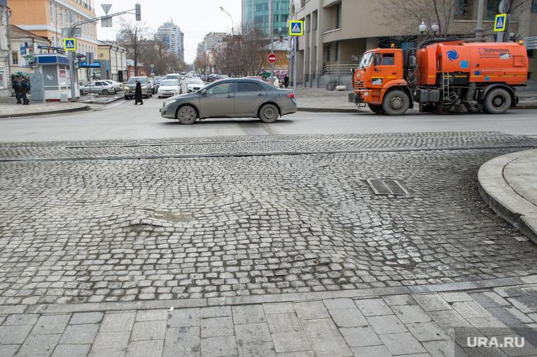 Состояние дорог Екатеринбурга, яма на проезжей части, брусчатка, колея, перекресток ленина хохрякова