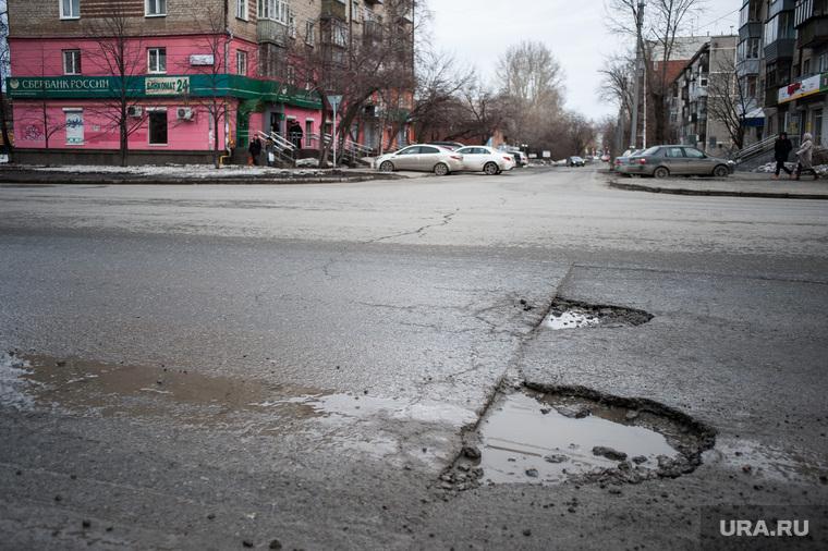 Состояние дорог Екатеринбурга, ямы на проезжей части, ямы на дороге, плохой асфальт, улица крауля