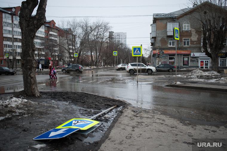 Состояние дорог Екатеринбурга, дорожный знак, перекресток кировоградская 40летия октября