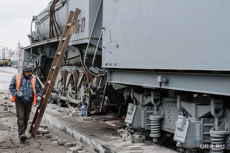Паровоз серии Эр в экспозиции Музея военной техники УГМК. Верхняя Пышма, благоустройство территории, лестница, рабочие