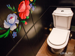 Продростки занимаются сексом в туалете