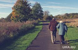 Открытая лицензия от 09.09.2016. Пенсионеры, бабушка, старики, дедушка, пенсионеры на прогулке, пожилые