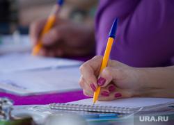 Пресс-конференция по молодежному форуму УТРО. Сухой лог, пишет, ручка в руке