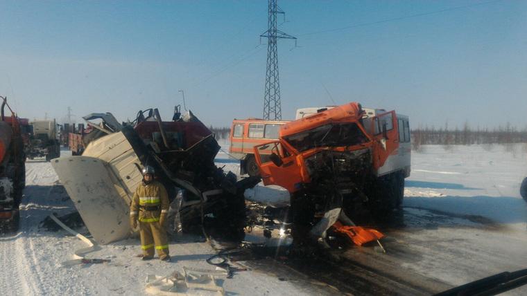 Автобус свахтовиками столкнулся с грузовым автомобилем наЯмале