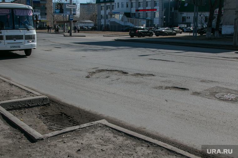 Рейд инспекции ОНФ по городским дорогам. Курган, проезжая часть, ливневая канализация, улица коли мяготина, ямы на дороге, убитая дорога