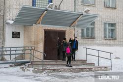 Фото с места событий - стрельбы в школе № 15. Шадринск, школьное крыльцо, школьники, школа15