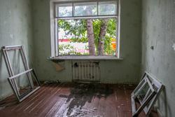 Бездомная семья. Курган, разруха, оконный проем, дом под снос, рамы