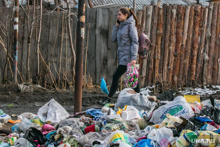 Свалка мусора в частном секторе города не перекрестке улиц Чкалова и Зеленой. Курган, помойка, школьница, девочка, мусор, свалка