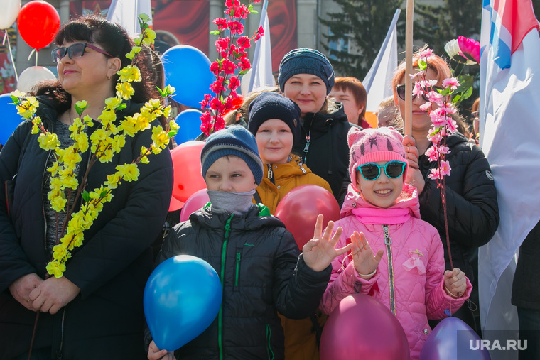 Первомайский митинг. Курган, воздушные шарики, дети, 1мая, первомайская демонстрация, ветки с цветами
