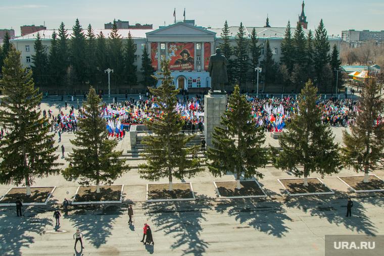 Первомайский митинг. Курган, площадь ленина, ели, 1мая, правительство курганской области, памятник ленину, первомайская демонстрация, тени деревьев