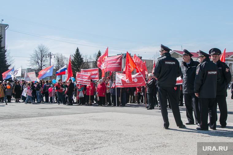 Первомайский митинг. Курган, флаги кпрф, полиция, 1мая, митинг, первомайская демонстрация