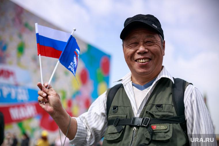 Первомайская демонстрация в Москве на Красной площади. Москва, триколор, китайский турист, российский флаг