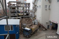 Уличная торговля. Пермь, камаз, строительный мусор, недостроенное здание, снос