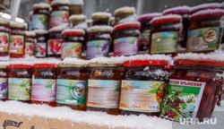Снегопад. Екатеринбург, холод, зима, товар, уличная торговля, варенье, осень, республика крым, рынок