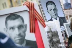 """Акция """"Бессмертный полк"""" в Москве. Москва, георгиевская лента, фотографии в руках, бессмертный полк, портреты, солдаты великой отечественной войны"""