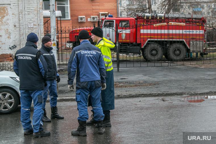 Рухнувшее нежилое здание (памятник архитектуры) по улице Советская 131. Курган, пожарная машина, спасатели