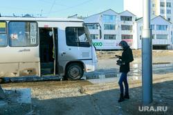 Репортаж про якутских ученых. Якутск, девушка, остановка, ожидание, пазик, общественный транспорт, весна, распутица, бездорожье
