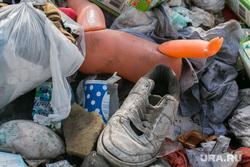 Свалка мусора в частном секторе города не перекрестке улиц Чкалова и Зеленой. Курган, помойка, игрушка, кроссовки, кукла, мусор, свалка