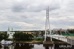 Мост влюбленных и памятник борцам революции. Тюмень, город тюмень, мост влюбленных, мост, река тура