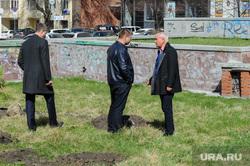 Высадка деревьев в Литературном сквере, возле Челябинской областной публичной библиотеки. Челябинск, рыльских виталий, безруков виталий