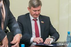 Председатель Курганской областной Думы Дмитрий Фролов с травмированной рукой. Курган, фролов дмитрий, гипс, забинтованная рука