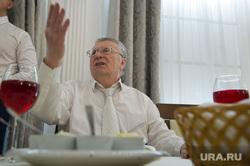 Кандидат в президенты России Владимир Жириновский в Екатеринбурге, жириновский владимир, жест рукой, бокал с вином