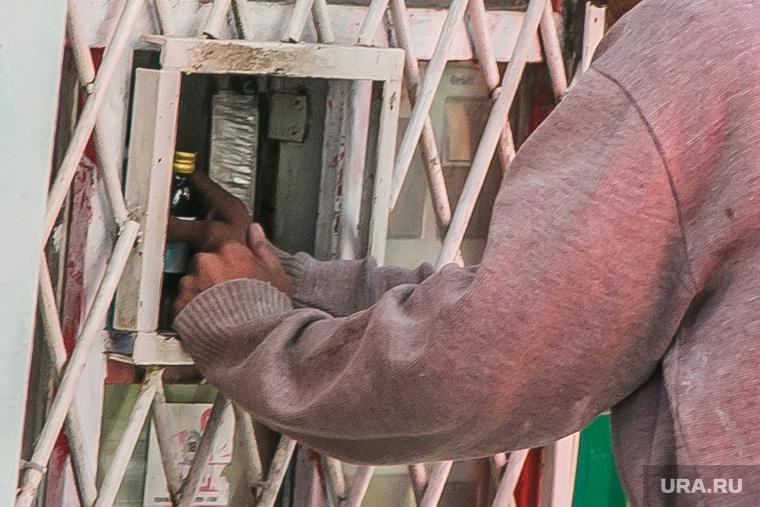 Незаконная продажа алкоголя в киоске. Курган, продажа алкоголя, боярышник, этиловый спирт, незаконная продажа