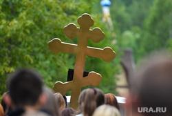Сельские похороны. Сатка, крест, похоронная процессия