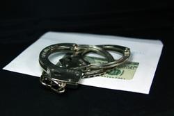 Открытая лицензия на 04.08.2015. Взятка., наручники, взятка, криминал, конверт, деньги