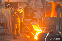 Предприятия производство Пермский край, плавка металла, металл, жидкий металл, рабочий, металлург