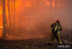 Пожар в расселенном доме, в поселке Солнечный. Сургут, мчс, пожар, огонь, тушение пожара, пожарный