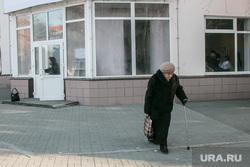 Открытие штаба Владимира Путина. Курган, пенсионер, старики, старость, пожилая женщина, пенсионерка с палочкой