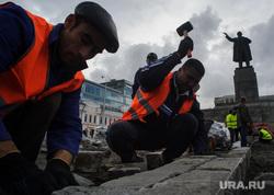 Виды Екатеринбурга, гастрабайтеры, памятник ленину, строители, дорожные рабочие, ремонт дорог, мигранты, дорожные работы, рабочие, разнорабочие, гастарбайтеры, брусчатка, строительные работы, площадь1905 года