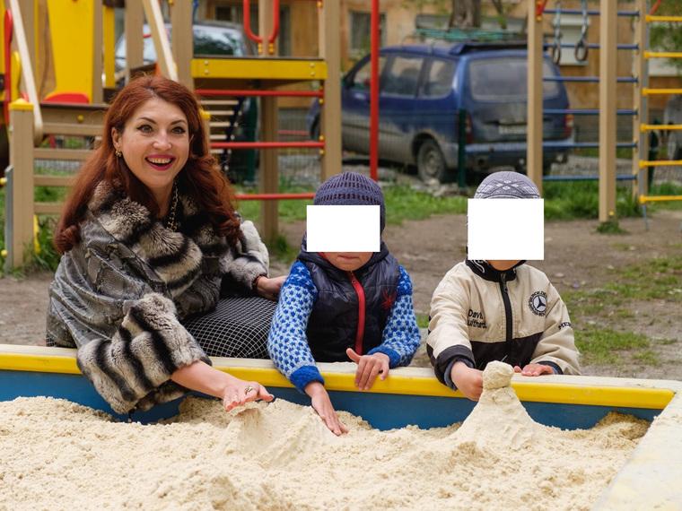 Депутат «Единой России» сфотографировалась в шиншилловой шубе в детской песочнице