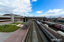 Челябинский железнодорожный вокзал. Привокзальная площадь. Музей железнодорожной техники. Челябинск, железнодорожный вокзал, поезда, железная дорога, пути, ржд