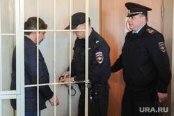 Арест Юрия Чанова, руководителя аппарата гордумы, обвиняемого во взятке. Тракторозаводский районный суд. Челябинск, конвой, чанов юрий, наручники, полиция