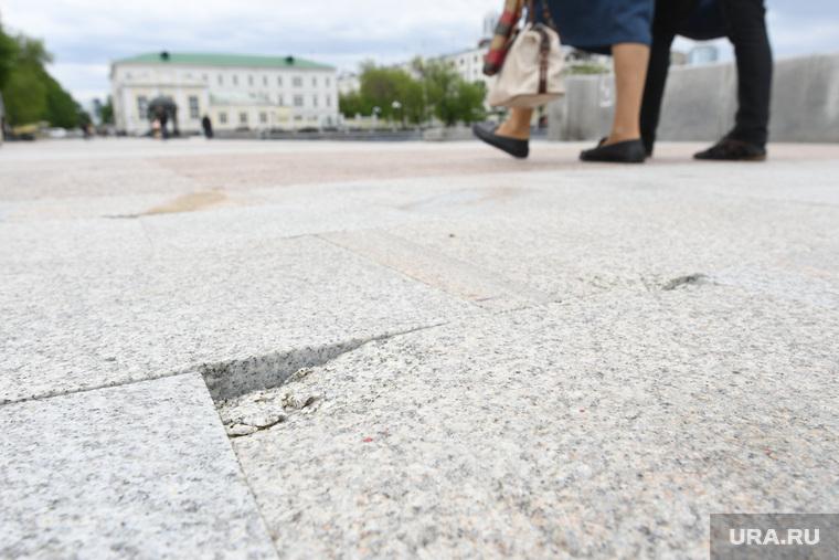 Сколы на новой плитке на Плотинке. Екатеринбург, брак, пешеходная зона, плитка, плотинка, скол