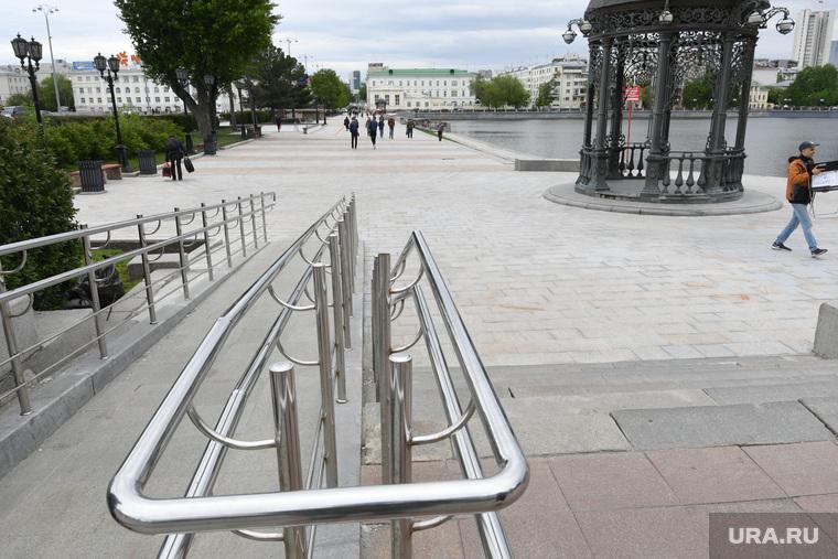 Сколы на новой плитке на Плотинке. Екатеринбург, пешеходная зона, плитка, плотинка