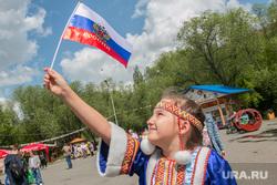 Празднование Дня России. Курган, флаг россии, национальная одежда, девочка с флагом
