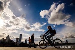 Жизнь вечернего города. Екатеринбург, велосипедисты, небо, горожане, город екатеринбург, лето, прохожие, облака