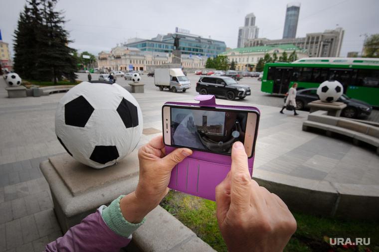 Футбольные мячи у администрации Екатеринбурга, футбольный мяч, снимает на телефон