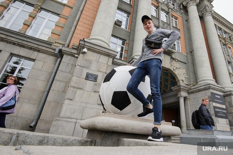 Футбольные мячи у администрации Екатеринбурга, футбольный болельщик, парень, пацан