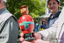 Празднование Дня России. Курган, подарок губернатору, деревянная игрушка