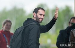 Прибытие сборной Уругвая по футболу в отель Ramada. Екатеринбург, жест рукой, сборная уругвая, годин диего