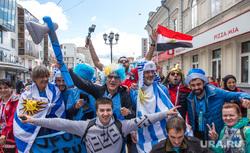 Улица Вайнера перед матчем Египет - Уругвай. Екатеринбург, болельщики, чм-2018, флаг уругвая, вайнера, иностранцы, флаг египта