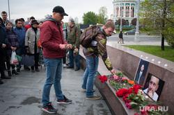 Акция памяти Аркадия Бабченко на площади Труда. Екатеринбург, акция памяти, возложение цветов, портрет бабченко