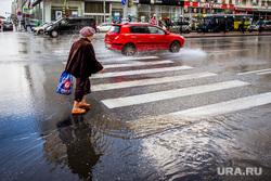 Город во время ЧМ. Екатеринбург, пенсионерка, пешеходный переход, лужа, проезжая часть, брызги, улица карла либкнехта, бабушка